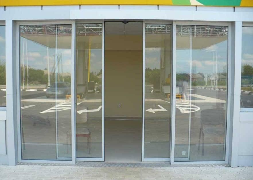 Стеклянная дверь на улицу: раздвижные и сдвижные