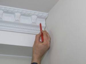 Как правильно обрезать потолочный плинтус в углах: как соединить углы без стусла, как наклеить на потолок, как резать в домашних условиях
