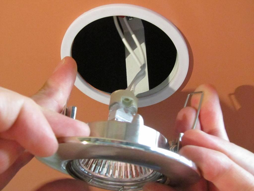 Как поменять лампочку в натяжном потолке - замена встроенного светильника