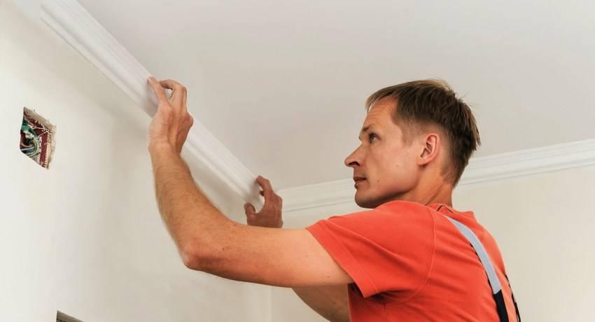 Как приклеить плинтус к натяжному потолку – инструкция по приклеиванию