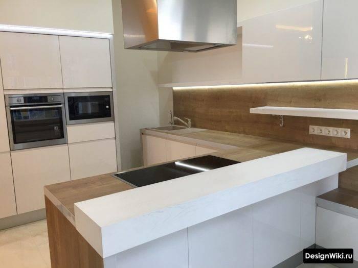 Непревзойденная классика: белая кухня с черной столешницей