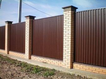 Забор из кирпича и профнастила - порядок возведения