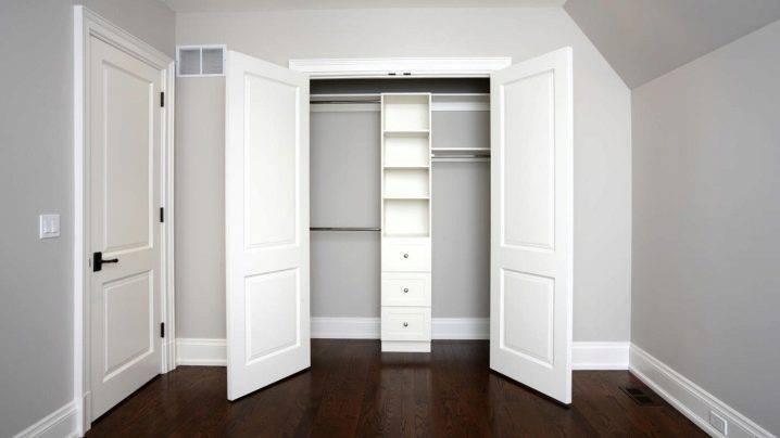 Двери в гардеробную (75 фото): складные и гармошкой для комнаты, книжка и жалюзийные, откатные и распашные