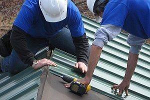 Как правильно крепить профнастил на крышу саморезами - советы от эксперта