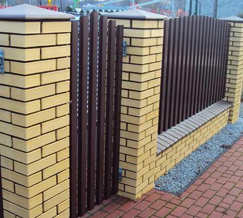 Как сделать забор из профнастила с кирпичными столбами?