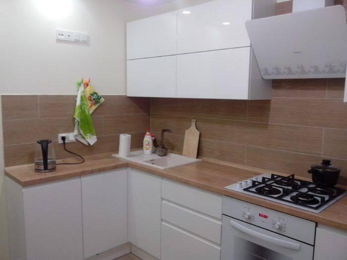 Дизайн светлой кухни с темной столешницей: варианты оформления и особенности достижения гармонии
