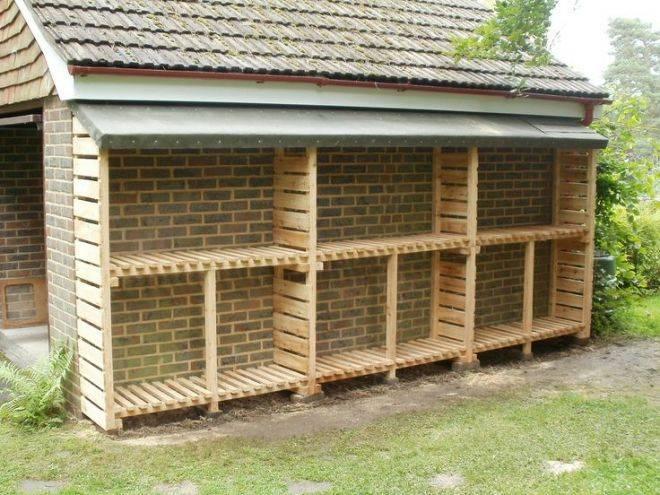 Надежно защитит поленья от влаги: деревянный дровник для дачи своими руками