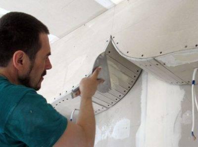Как шпаклевать потолок под покраску, чем лучше зашпаклевать, детали на фото и видео