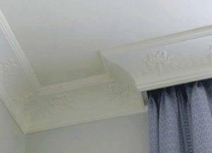 Как клеить плинтуса на потолок в углах: как наклеить галтели, как правильно поклеить потолочный плинтус, как резать