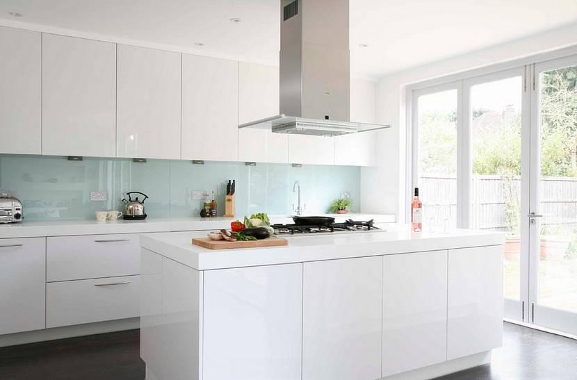 Фартуки для белых кухонь (71 фото): светлые глянцевые классические кухни с серым, черно-белым и цветным фартуками, варианты из скинали, фартуки под дерево и мрамор