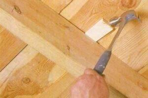 Как устранить скрип деревянных полов, не разбирая пол