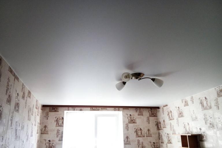 Как и чем мыть матовые и глянцевые натяжные потолки без разводов в домашних условиях