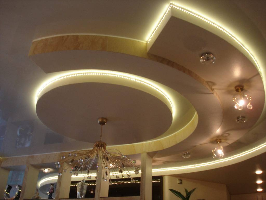 Наиболее яркие примеры дизайна помещений с комбинацией потолков из гипсокартона и натяжных потолков: 51 фото