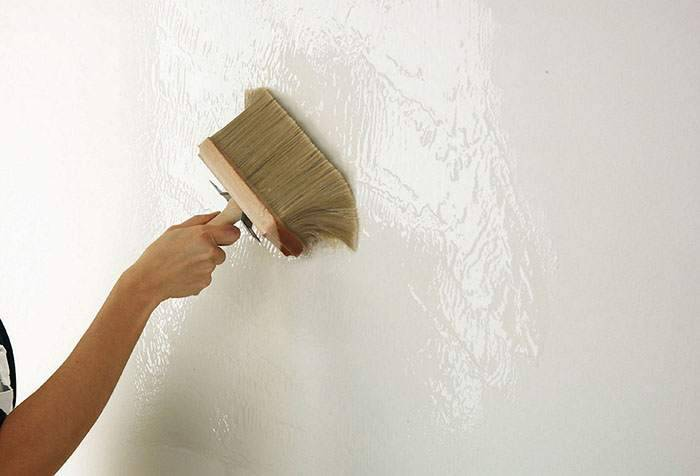 Грунтовка для стен для обоев: зачем нужна и какую выбрать для флизелиновых, бумажных, виниловых, нужно ли мазать несколько раз, и когда можно клеить после