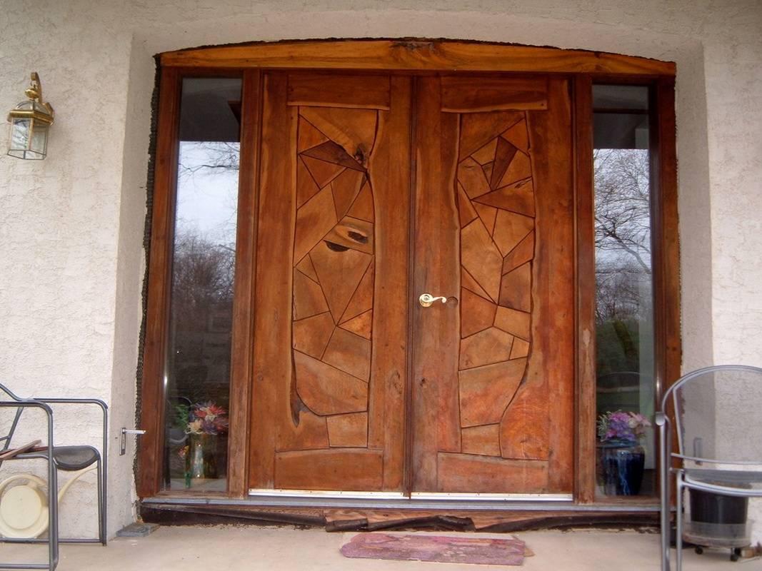 Входные деревянные двери в квартиру и для частного дома, фото в интерьере