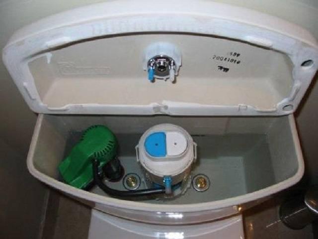 Почему не набирается вода в бачок унитаза и что делать