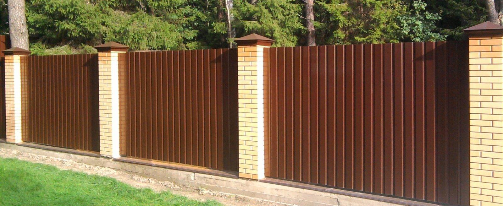 Забор из кирпича и профнастила – порядок работ по монтажу