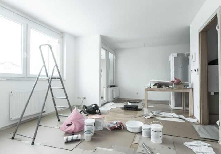 Что сначала делают: клеют обои или устанавливают натяжной потолок?
