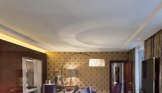 Натяжные потолки: красивые варианты оформления интерьера