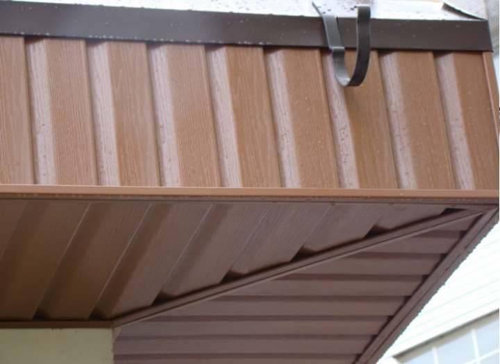 Как и чем подшивать карниз крыши: софитом или профнастилом? Какие варианты бывают в деревянном доме, какой материал выбрать? Обзор