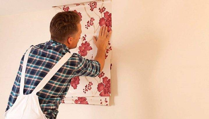 Как клеить обои на масляную краску: описание работ