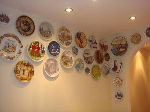 Украшение тарелки (23 фото): создание декоративной тарелки своими руками. как сделать декор и декупаж? чем украсить? идеи для росписи тарелки