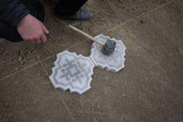 Укладка тротуарной плитки на песок: мощение своими руками на даче