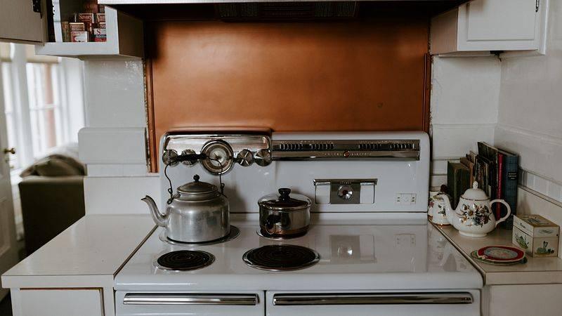 Размещение газовой плиты: какое расстояние должно быть от плиты до котла и до трубы? можно ли ставить плиту под газовой колонкой?