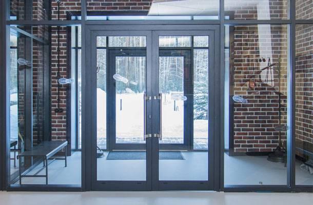 Алюминиевые входные группы (28 фото): изготовление и монтаж красивых дверей из алюминиевого профиля и стекла, как отрегулировать дверь