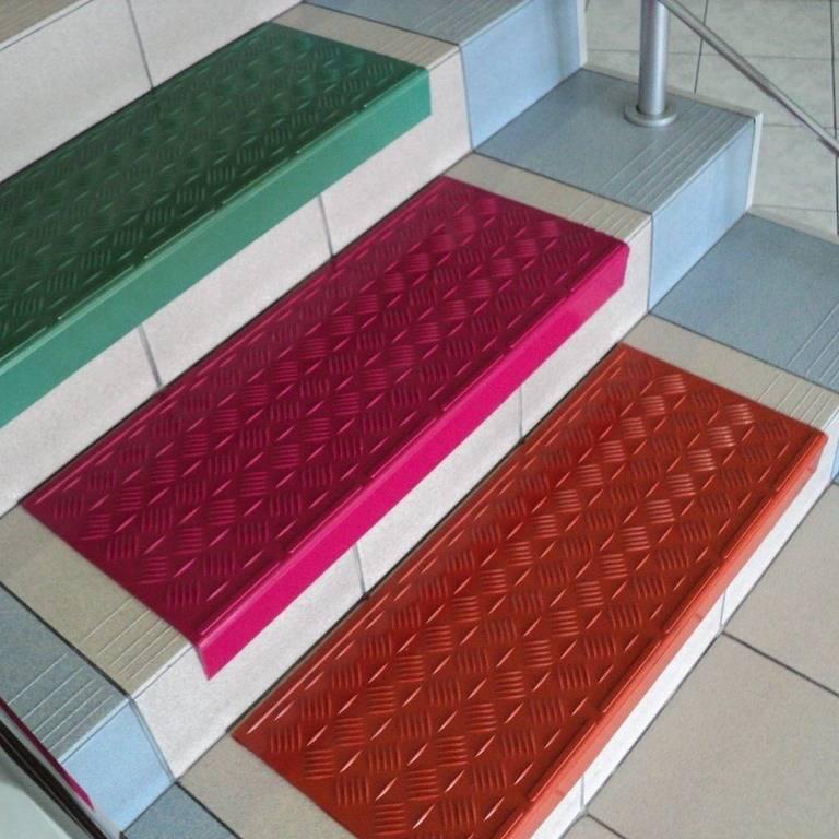 Противоскользящее покрытие на ступенях крыльца: специфика антискользящего материала и его монтаж дома