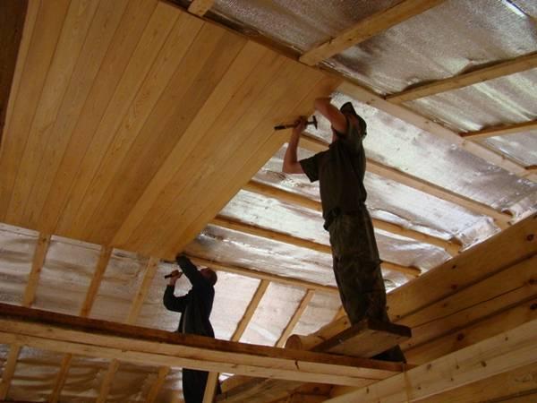 Потолок в деревянном доме (108 фото): варианты отделки своими руками, чем отделать и обшить потолочное покрытие