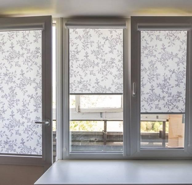 Чем оформить окно на балконе: шторами или жалюзи? (12 фото)