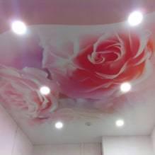 Натяжные потолки с рисунком (66 фото): красивые варианты с черными узорами в прихожую и коридор, модели разных цветов и потолки из шелка с принтом неба