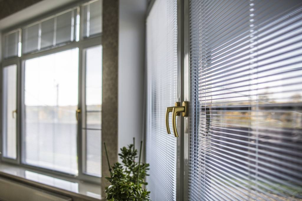 Вертикальные жалюзи (78 фото): шторы-жалюзи на пластиковые окна, как менять ламели, как собрать, как выбрать веревочные на кухню