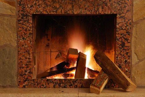 Чем топить камин: выбираем дрова для открытых и закрытых каминных топок