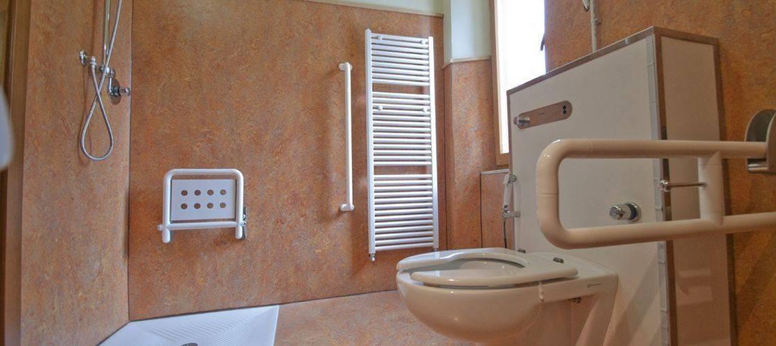 Линолеум для ванной комнаты (23 фото): свойства стеновых материалов, разновидности настенных покрытий, можно ли стелить в деревянном доме на стены, отзывы