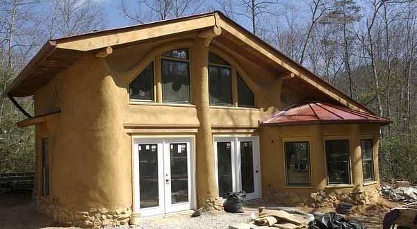 Экостроительство: очаровательные дома из дров и глины