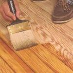 Как и чем покрыть деревянный пол в доме своими руками