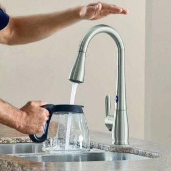Водопроводный кран с ик-датчиком открывания воды: особенности сенсорных смесителей