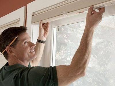 Как крепятся жалюзи на пластиковые окна: особенности монтажа своими руками