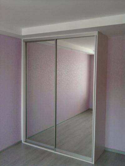 Плюсы двери-зеркала в гардеробой