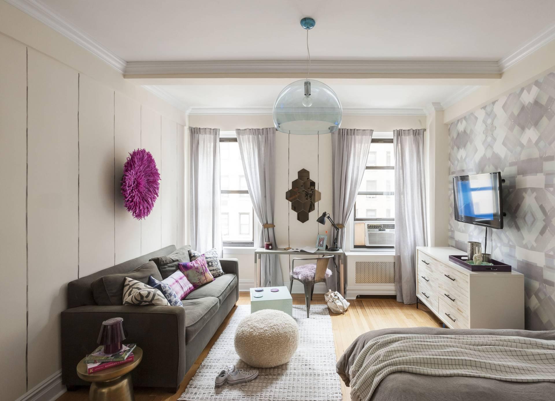 Обои для маленькой комнаты (69 фото): как выбрать настенные покрытия, зрительно увеличивающие пространство, какие изделия подойдут в небольшой зал, идеи-2021 оформления