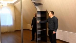 6 вариантов шкафа на мансарде со скошенным углом: особенности открытия дверей, фасады и внутреннее наполнение