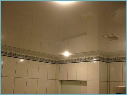 Оборудование ванной зеркальным потолком