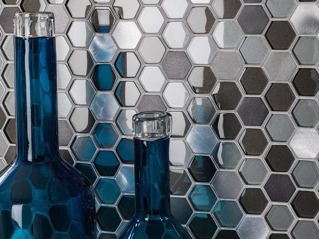Керамическая мозаика (38 фото): мелкая кафельная плитка на мягкой основе, кафель и керамика в интерьере, виды и цвета