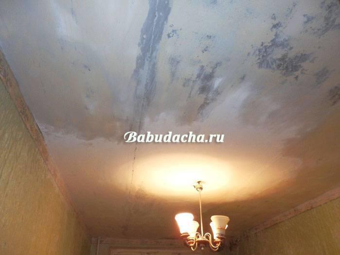 Убираем с потолка старую побелку — как это сделать?