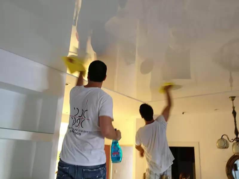 Как помыть натяжной глянцевый потолок без разводов дома?