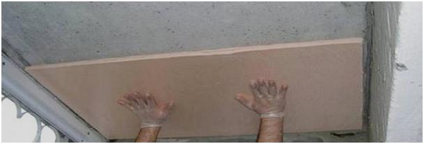Как приклеить пенопласт к потолку: каркасное и бескаркасное закрепление