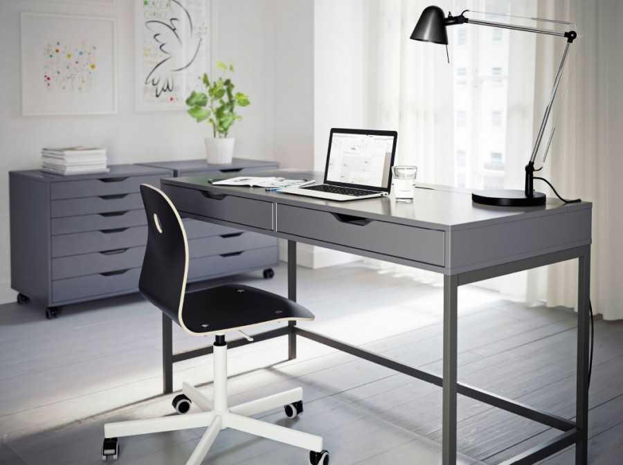 Письменный стол ikea (43 фото): белые растущие модели с ящиками для школьника в интерьере