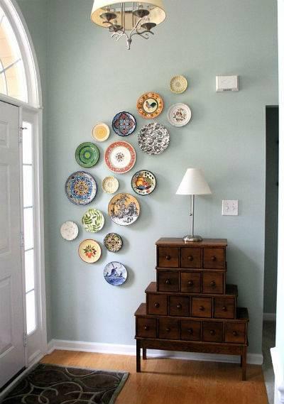 Тарелки на стене в интерьере кухни – мастер-класс и идеи (100 фото)